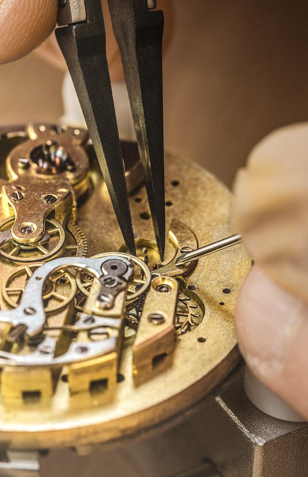 修理不可の時計も息を吹き返す、<br /> 職人の確かな技術。